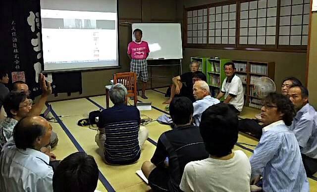 討論会 「激論討論会」の会場。飯山一郎の顔や足が真っ黒なのは、毎日の太陽凝視で... 建築とかあ